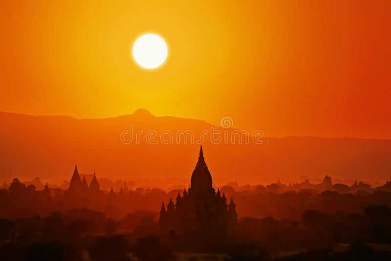 Coucher du soleil dans Bagan. photos stock
