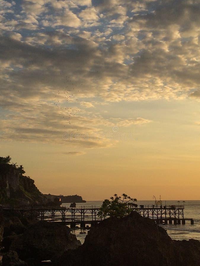 Coucher du soleil dans Bali à la barre de roche image libre de droits