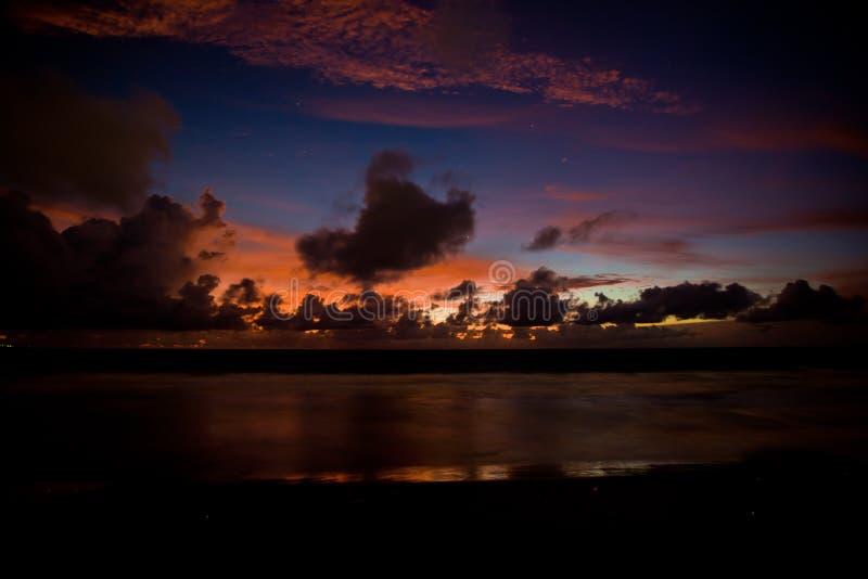 Coucher du soleil dans Bali, Indonésie images stock