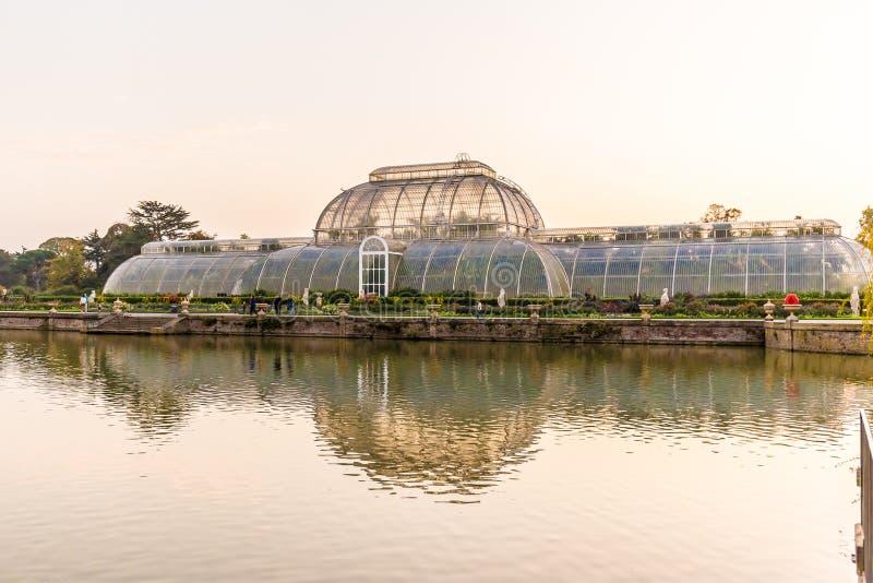 Coucher du soleil dans des jardins de Kew, Londres photo libre de droits