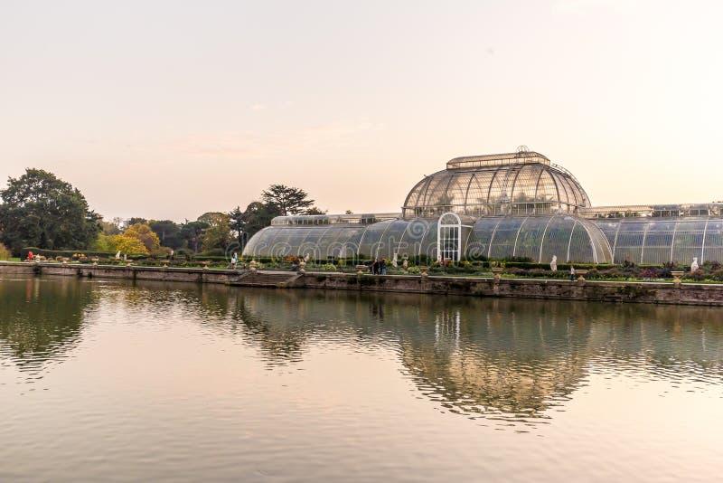 Coucher du soleil dans des jardins de Kew, Londres photos stock