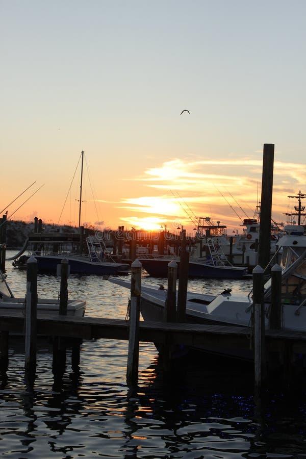Coucher du soleil dans Destin FL à la marina photo stock