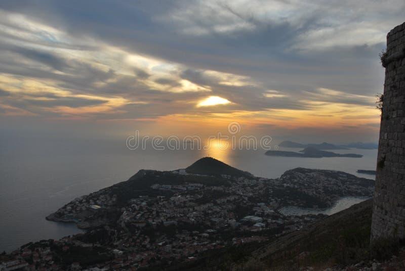 Coucher du soleil dans Dubrovnik avec une vue vers la mer images stock