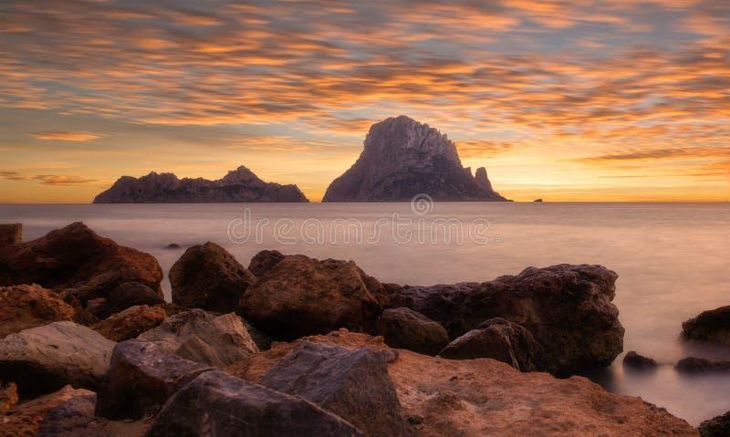 Coucher du soleil dans Ibiza à côté de l'île d'es vedra photographie stock libre de droits