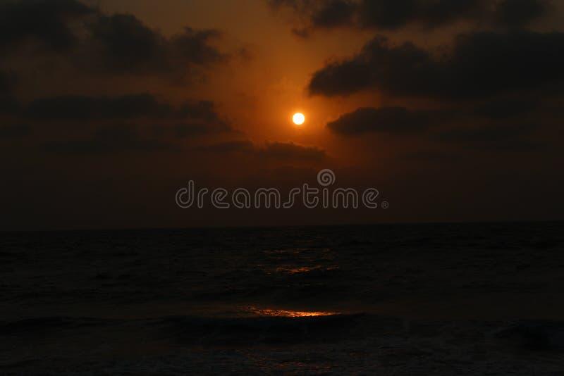 Coucher du soleil dans l'Inde de plage de Velas photo libre de droits