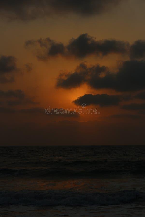 Coucher du soleil dans l'Inde de plage de Velas photos libres de droits
