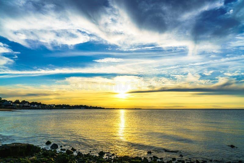 Coucher du soleil dans l'océan images libres de droits