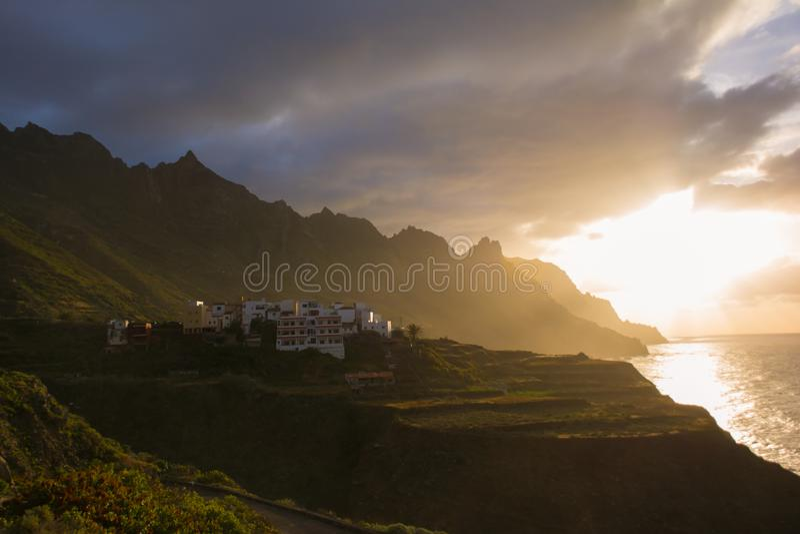Coucher du soleil dans l'Océan Atlantique Taganana, Benijo, île de Ténérife photo stock