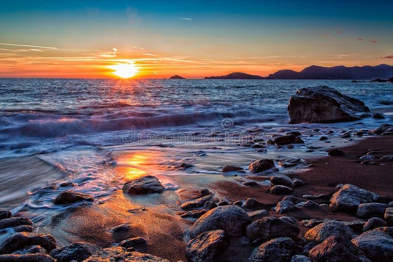 Coucher du soleil dans la baie photos stock