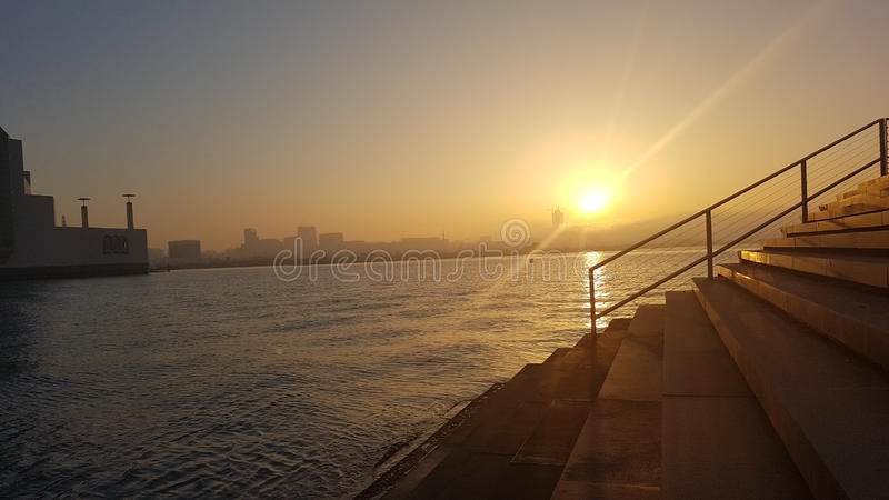 Coucher du soleil dans la baie de Doha photos libres de droits