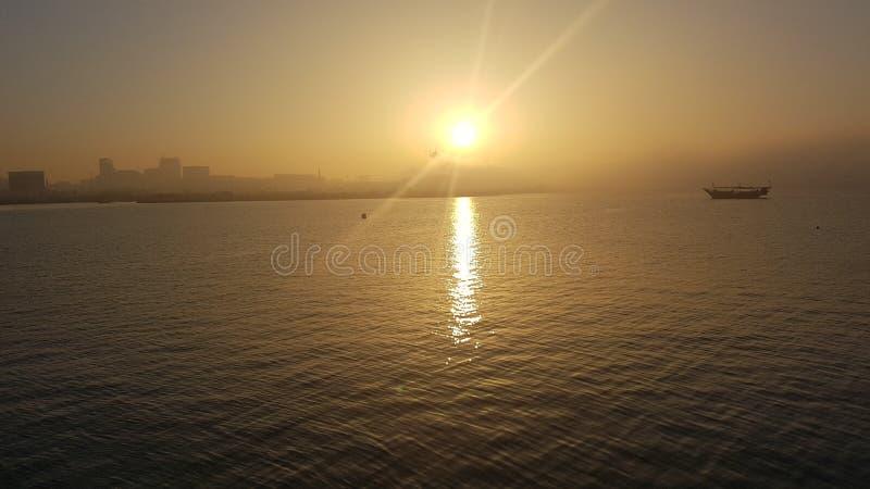 Coucher du soleil dans la baie de Doha au Qatar images libres de droits