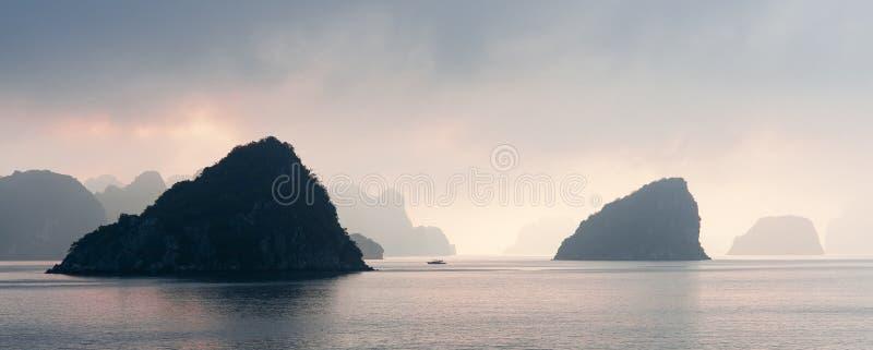 Coucher du soleil dans la baie de Halong, Vietnam photo libre de droits