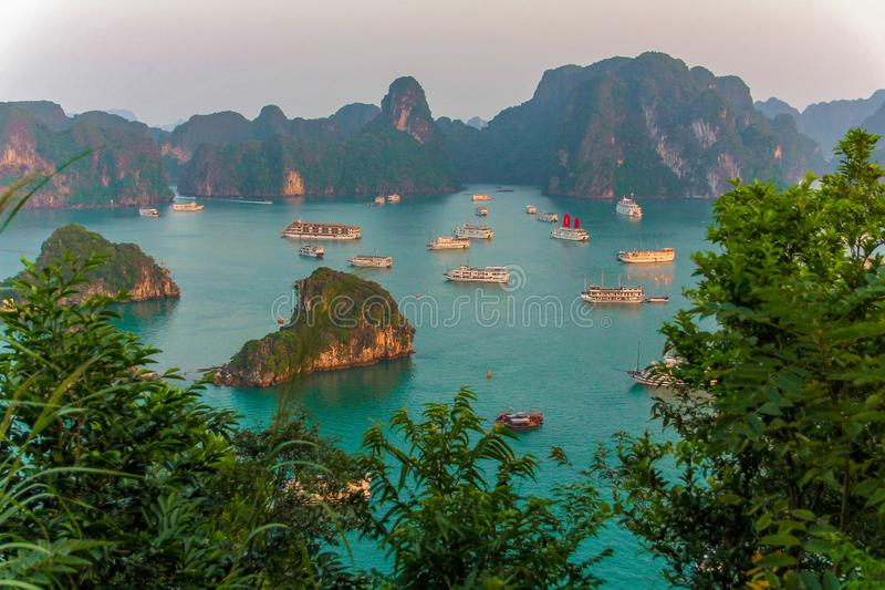 Coucher du soleil dans la baie long d'ha, Vietnam images libres de droits