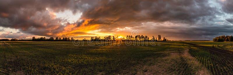 Coucher du soleil dans la campagne sibérienne en Russie image libre de droits