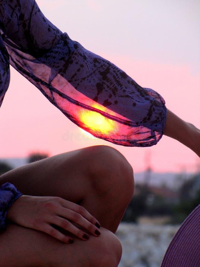 Coucher du soleil dans la main image stock