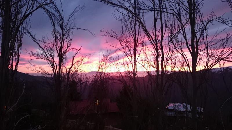 Coucher du soleil dans la montagne photos libres de droits