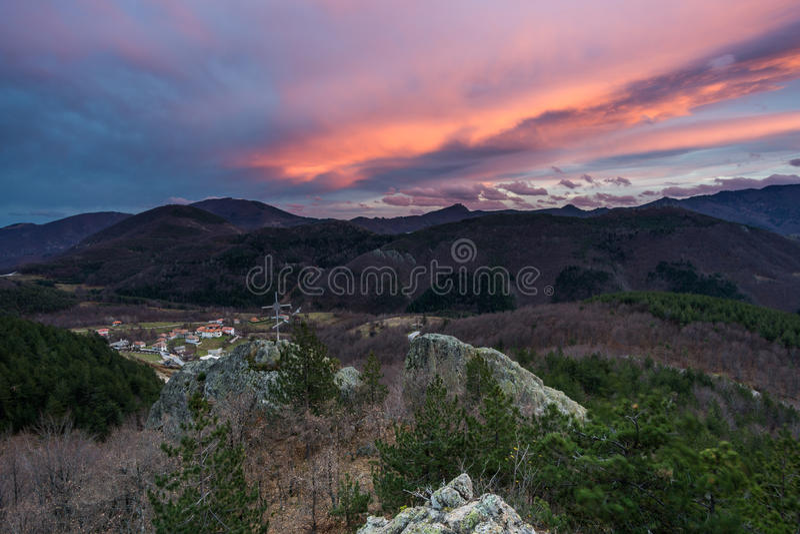 Coucher du soleil dans la montagne photographie stock libre de droits
