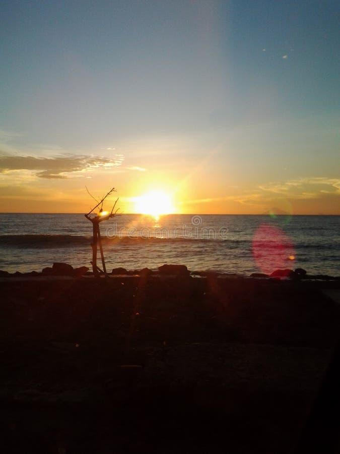Coucher du soleil dans la plage photo stock