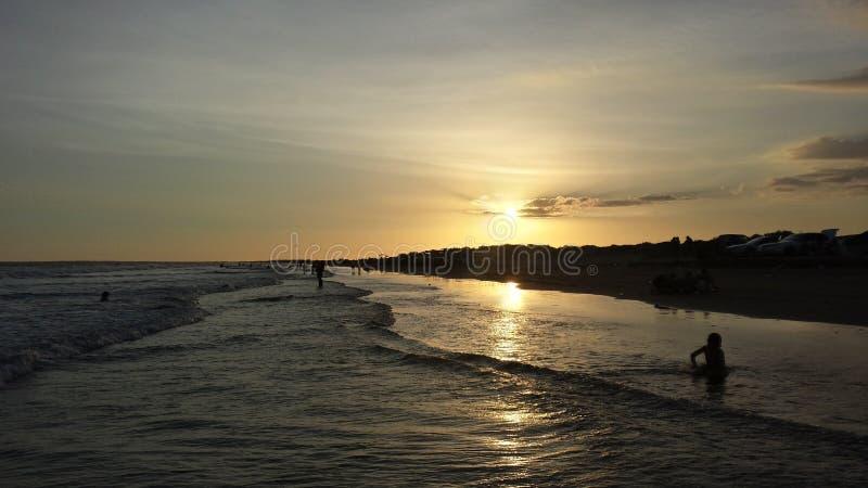 Coucher du soleil dans la plage photos stock