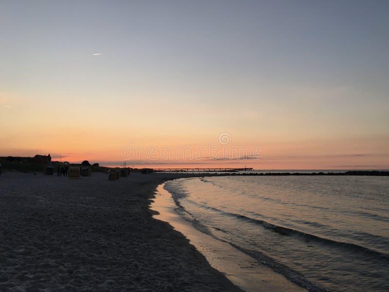 Coucher du soleil dans la plage photographie stock libre de droits