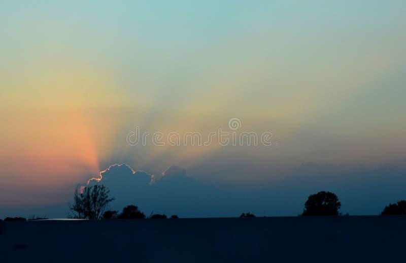 Coucher du soleil dans la plaine photo stock