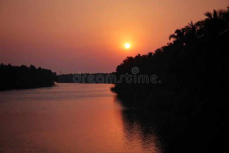 coucher du soleil dans la rive photographie stock