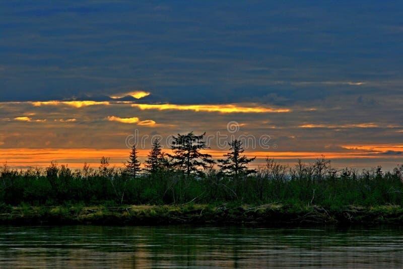 Coucher du soleil dans la toundra polaire de la péninsule de Taimyr, nuit dans le jour polaire, photo stock
