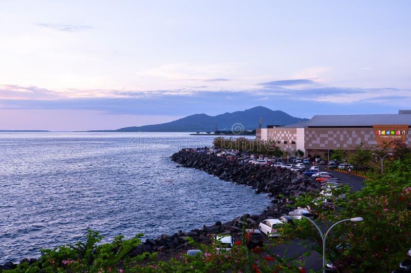 Coucher du soleil dans la ville de Manado, Sulawesi du nord photo libre de droits