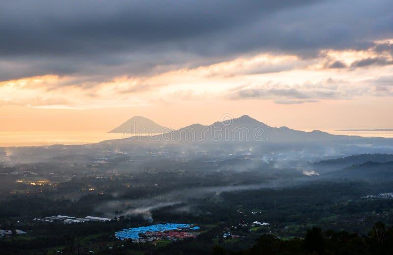 Coucher du soleil dans la ville de Manado, Sulawesi du nord image stock
