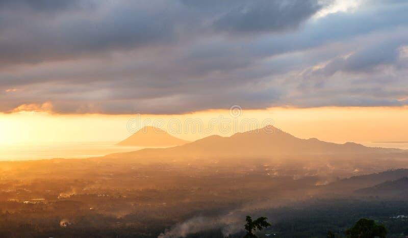 Coucher du soleil dans la ville de Manado, Sulawesi du nord photographie stock libre de droits