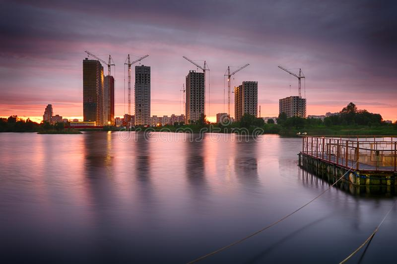 Coucher du soleil dans la ville Kupchino, St Petersburg, Russie image libre de droits