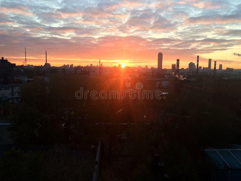 Coucher du soleil dans la ville Les rayons du coucher de soleil illuminent la ville industrielle Yekaterinburg, Russie image libre de droits