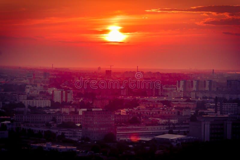 Coucher du soleil dans la ville photographie stock libre de droits