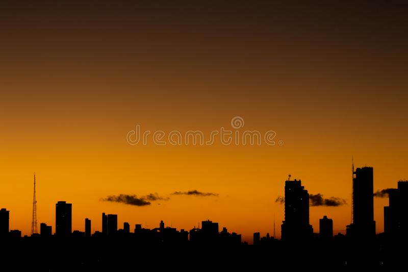 Coucher du soleil dans la ville quand le ciel orange diff?re des b?timents des lignes droites photo libre de droits