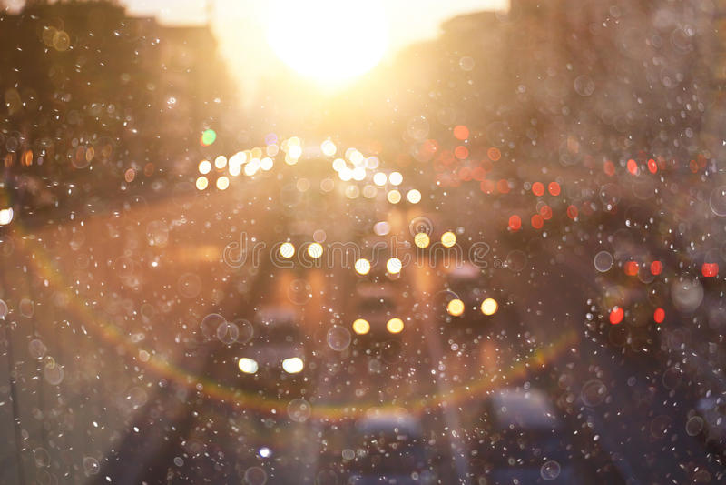 Coucher du soleil dans la ville trouble d'hiver photographie stock libre de droits