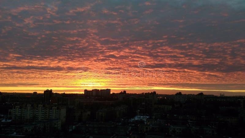 Coucher du soleil dans la vue de skyscarper de ville images libres de droits