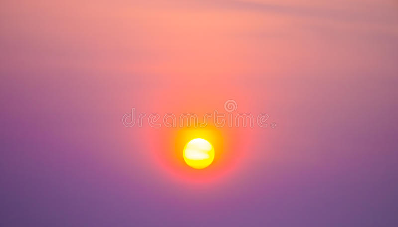 Coucher du soleil dans le ciel vif images stock