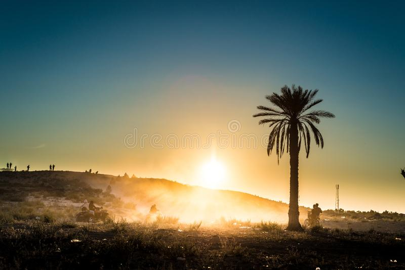 Coucher du soleil dans le désert en Tunisie image libre de droits