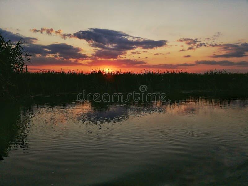 Coucher du soleil dans le delta de Danube photographie stock