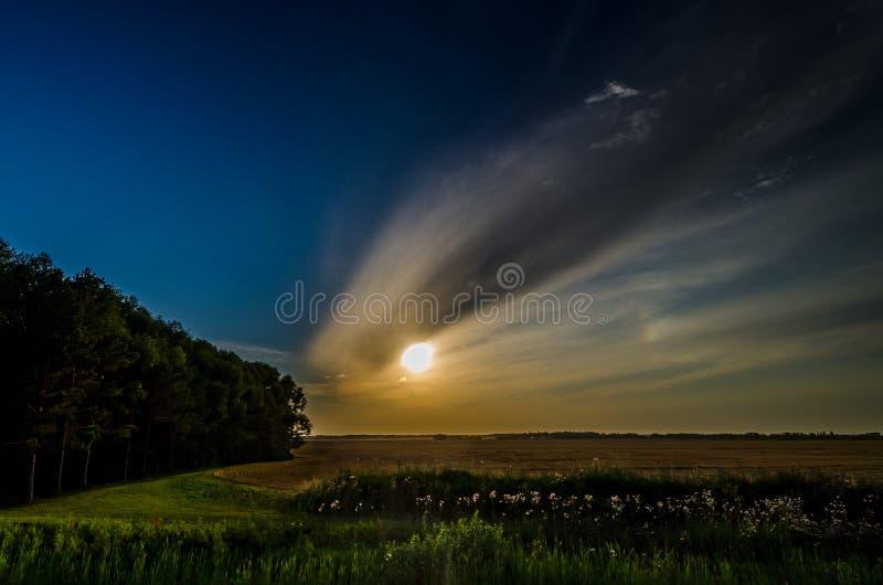 Coucher du soleil dans le domaine image stock
