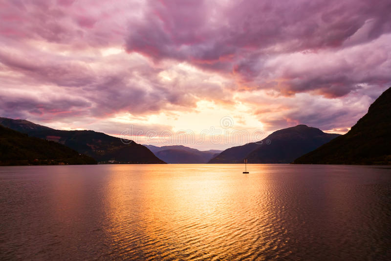 Coucher du soleil dans le fjord Hardanger Norvège image stock