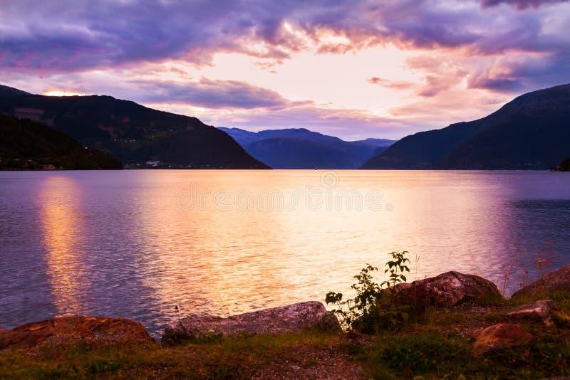 Coucher du soleil dans le fjord Hardanger Norvège photographie stock libre de droits