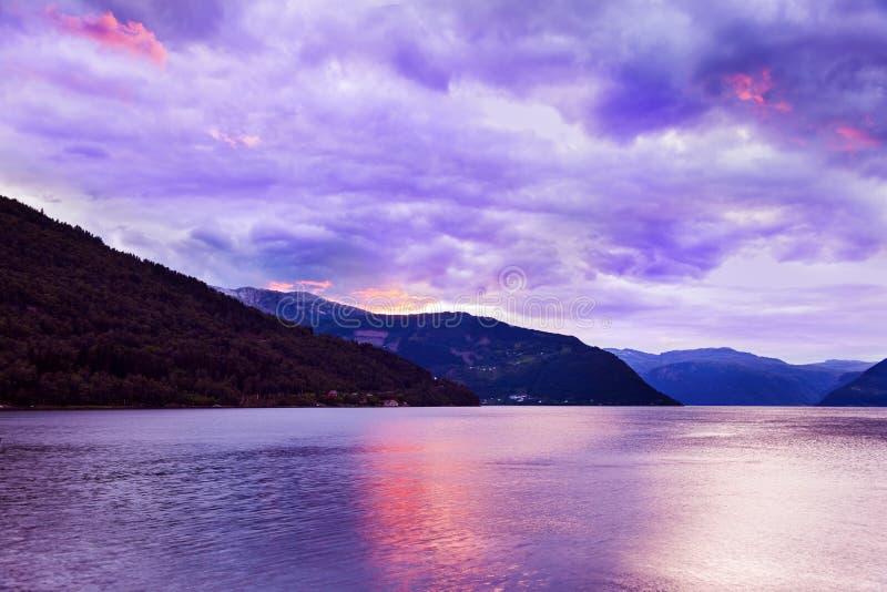Coucher du soleil dans le fjord Hardanger Norvège photo stock
