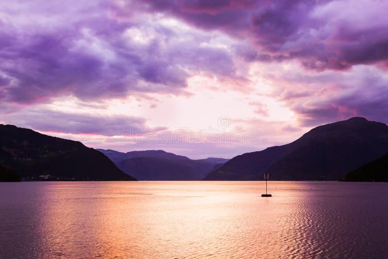 Coucher du soleil dans le fjord Hardanger Norvège images stock