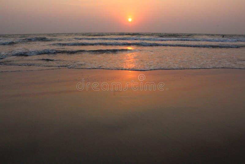 Coucher du soleil dans le goa de plage d'ashwem photo stock
