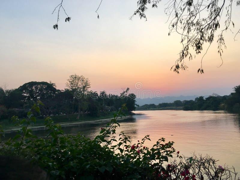 Coucher du soleil dans le kanchanaburi Thaïlande images stock