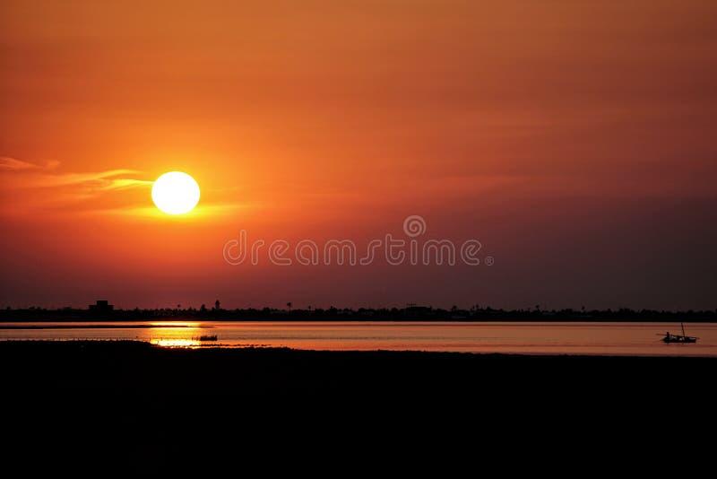 Coucher du soleil dans le karkennah - Tunisie photographie stock libre de droits