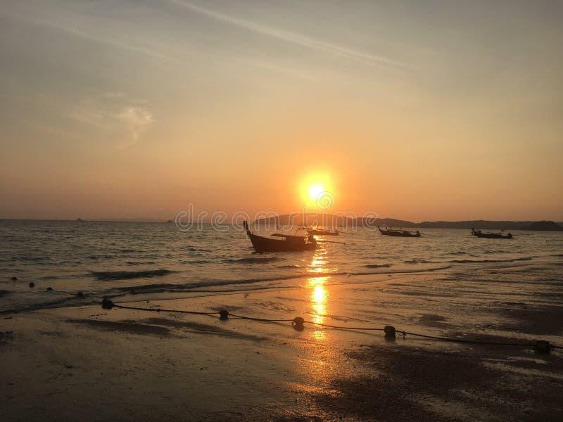 Coucher du soleil dans le krabi photographie stock