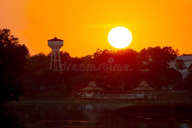Coucher du soleil dans le lac beau coucher du soleil derri?re les nuages au-dessus du fond fini de paysage de lac Ciel dramatique image libre de droits
