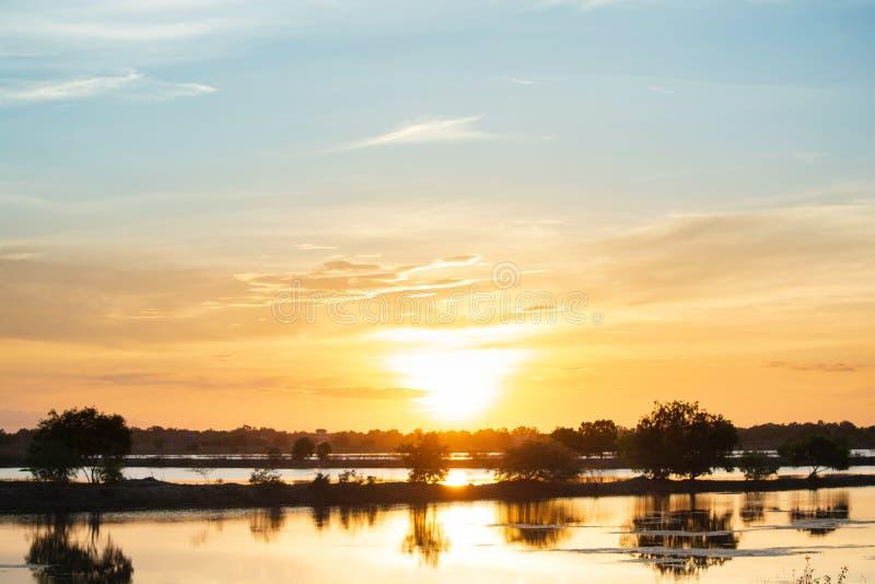 Coucher du soleil dans le lac beau coucher du soleil derri?re les nuages au-dessus du fond fini de paysage de lac Ciel dramatique photos libres de droits